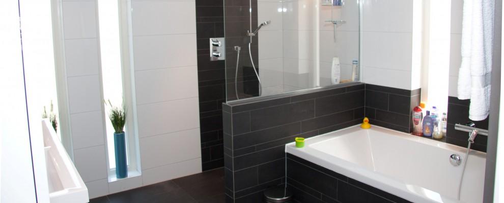 Badkamer met vloerverwarming, douche en bad.